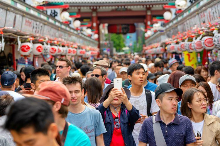 asakusa scene full of tourists