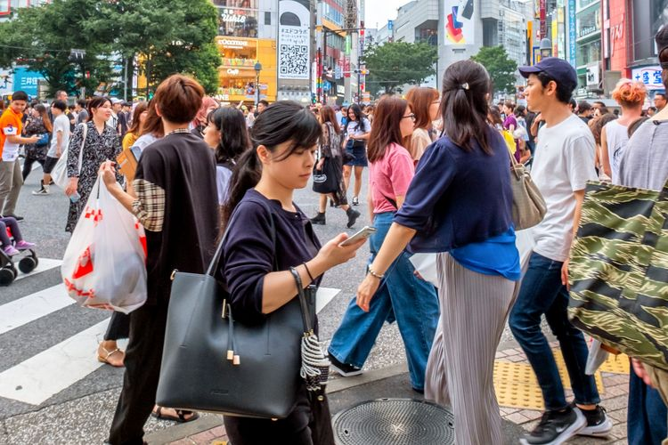 people walking in busy tokyo shibuya