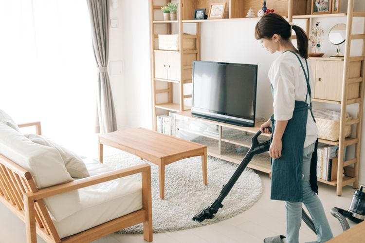 phụ nữ lấy chồng Nhật đang dọn dẹp nhà cửa