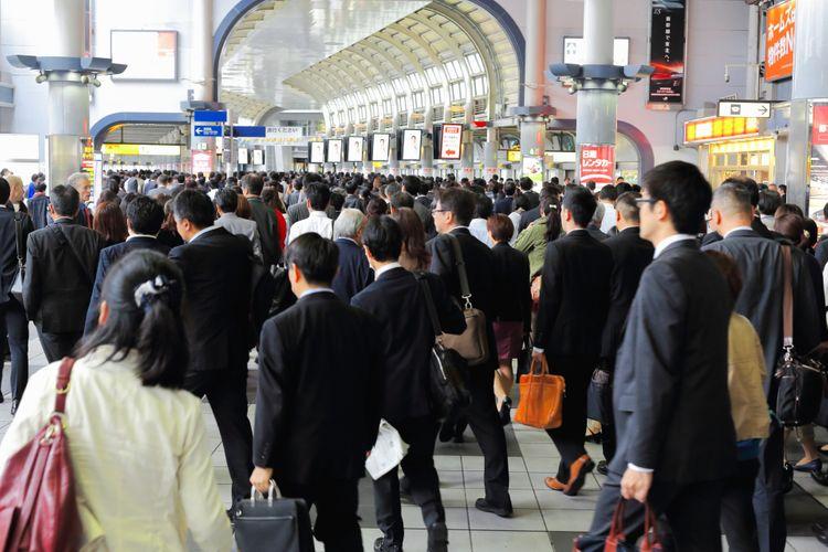 crowd in shinagawa station