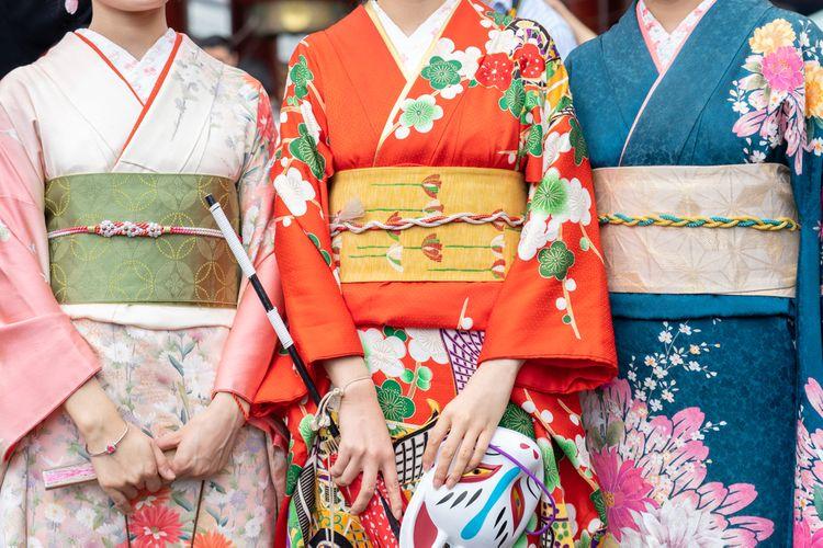 japanese girls wearing kimono
