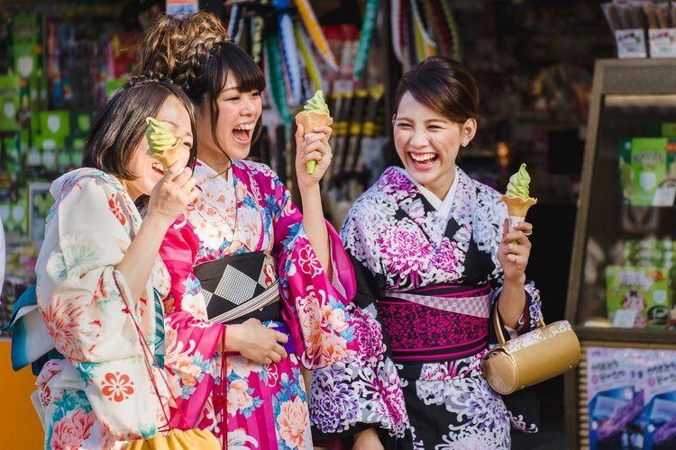 japanese girls wearing kimono asakusa