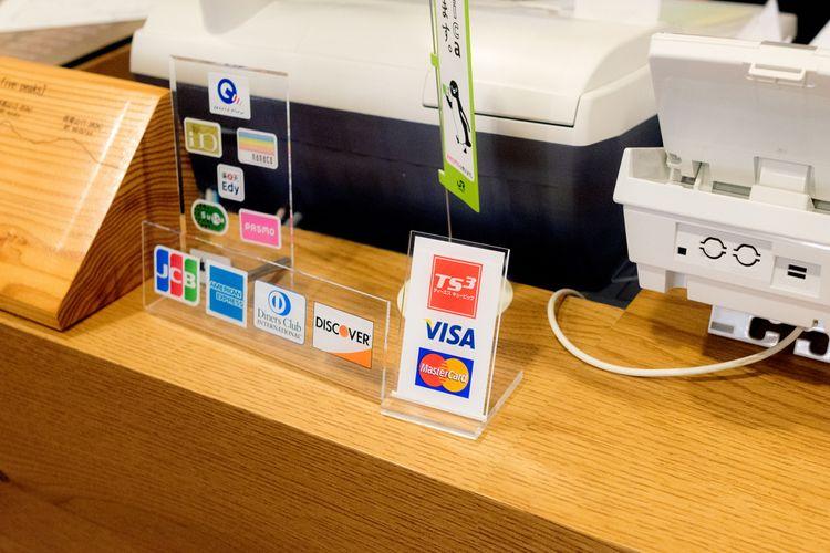 櫃台前貼著可使用的信用卡標籤