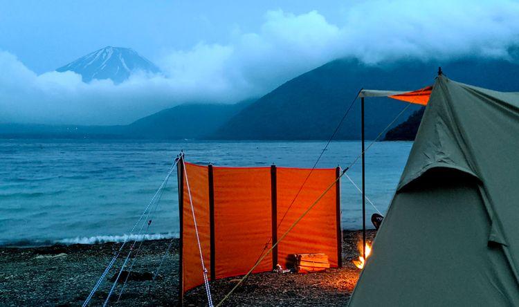傍晚本栖湖畔的帳篷與富士山
