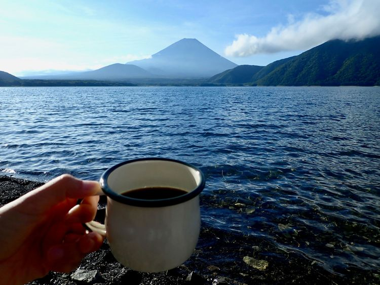 手舉咖啡杯與本栖湖和富士山