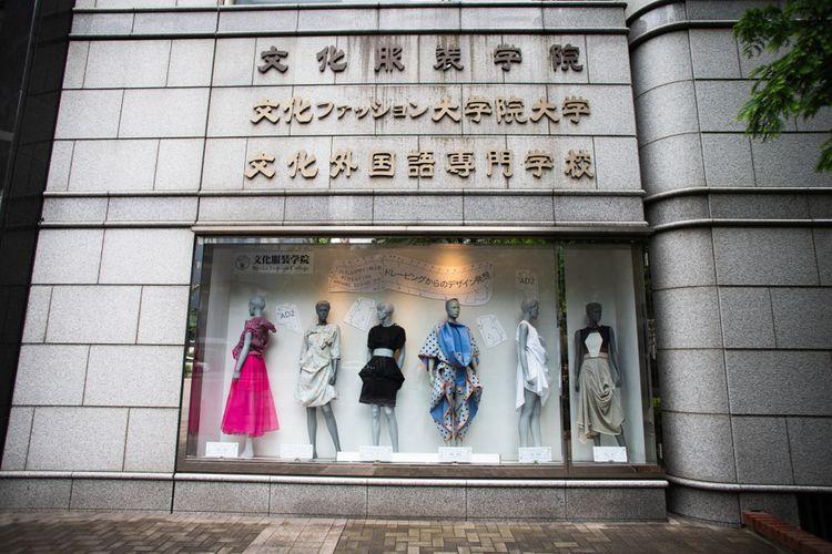 文化服裝學院的門口展示櫥窗