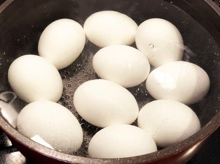 滾水中的水煮蛋
