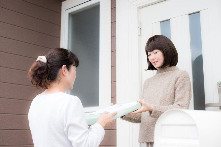 女子登門拜訪送禮給另一位女子