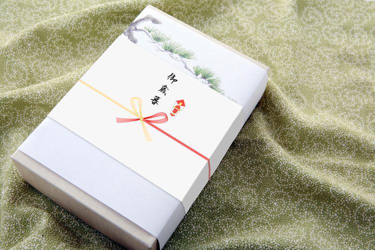 御歲暮的禮盒鋪在和風綠布上