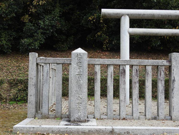 hashihaka grave