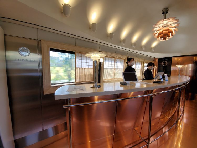 「36+3」列車車廂內部的櫃檯