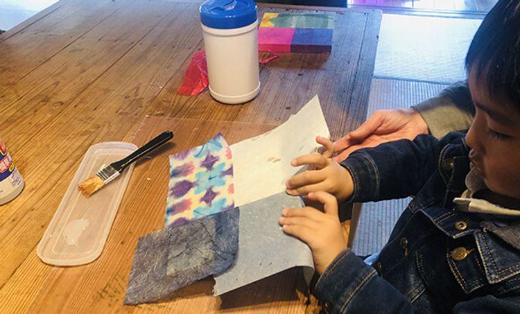 小孩子正在玩和紙黏貼體驗活動