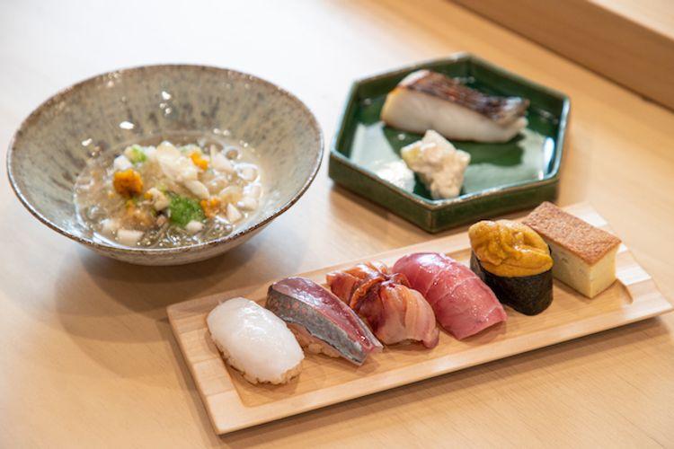 擺在木桌上的壽司套餐和魚肉