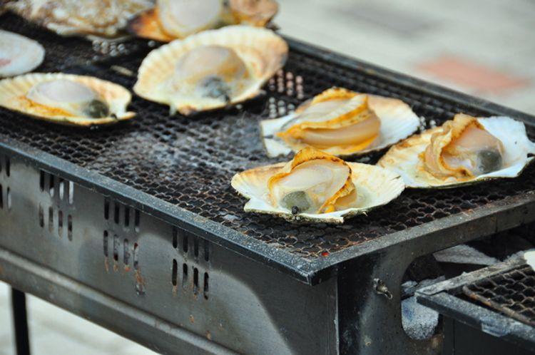 Thưởng thức BBQ ngao nướng trên biển