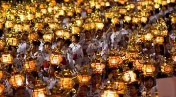 Women bearing lantern during the Yamaga Toro Matsuri