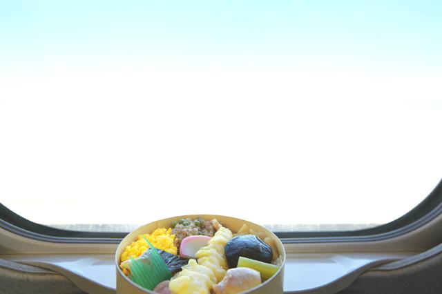 pixta_21241083_S_新幹線の窓辺と駅弁